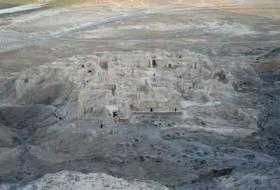 قلعه رامرود، بقایای یك قلعه كوچك بسیار مخروبه اثر ملی مربوط به دورانهای تاریخی پس از اسلام در سیستان